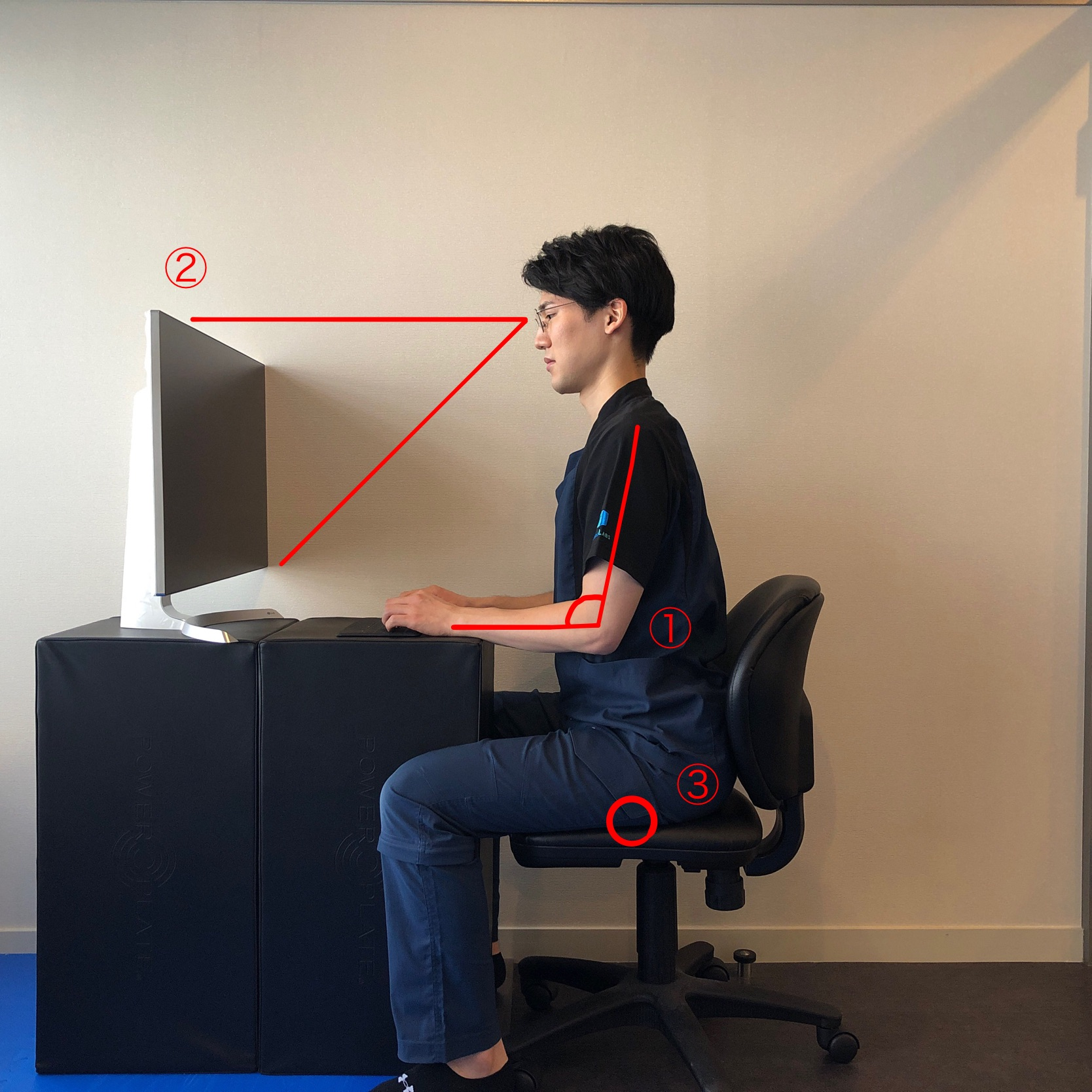 肩こり・首こりが気になる方が意識すべき、パソコン作業時の適切な姿勢(座り方)とデスク環境とは? 厚生労働省のガイドラインをふまえて解説します。